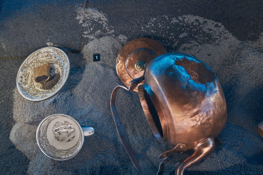 """Fajansowa filiżanka, paczka herbaty i miedziany czajnik, odkryte we wrakach XVIII-wiecznych żaglowców - wystawa """"Do DNA…"""" w Spichlerzach na Ołowiance."""