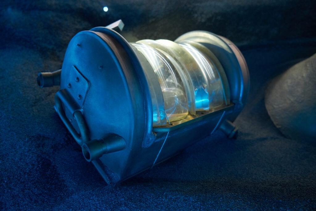 """Latarnia pochodząca ze statku """"Wilhelm Gustloff"""", zatopionego w 1945 r. przez radziecki okręt podwodny. Fragment wystawy """"Do DNA…"""" w Spichlerzach na Ołowiance."""