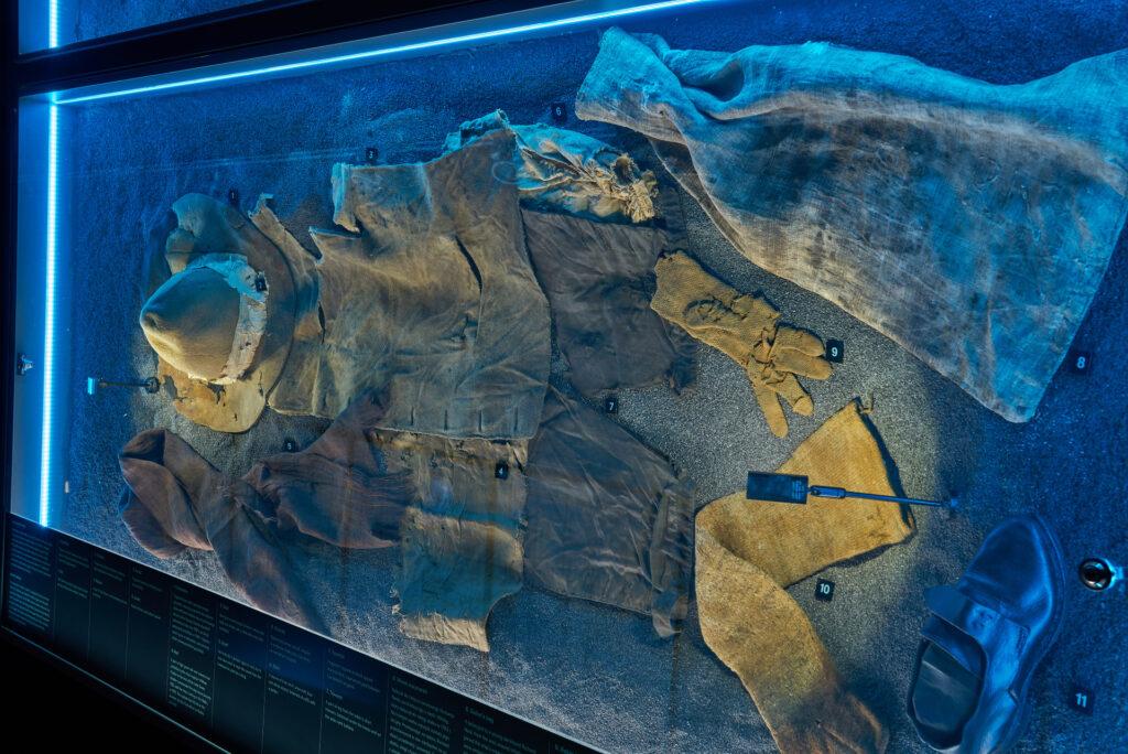 """Elementy odzieży marynarskiej z XVIII wieku, wydobyte z wraku żaglowca """"General Carleton"""" – wystawa """"Do DNA…"""" w Spichlerzach na Ołowiance."""