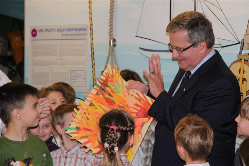 Dzieci wręczyły Panu Prezydentowi specjalnie przygotowaną laurkę