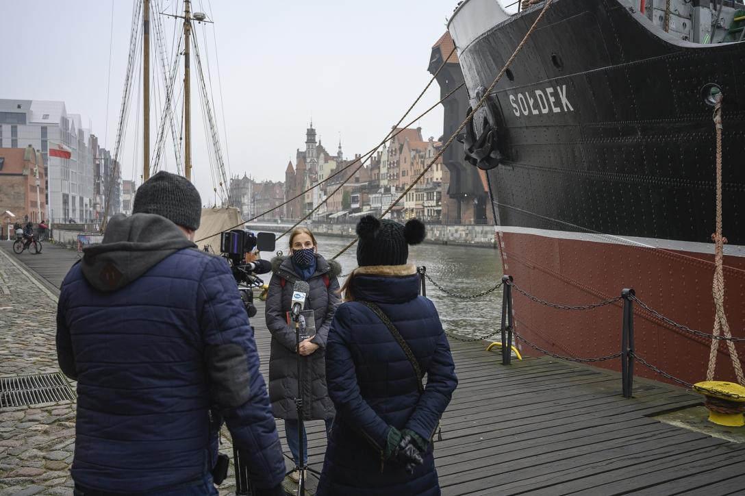 Dr Elżbieta Wróblewska – kierownik Działu Historii Żeglugi i Handlu Morskiego udzielająca wywiadu