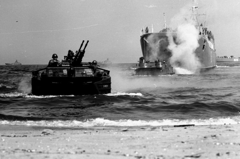 Transporter pływający PTG z przeciwlotniczym karabinem maszynowych PKM-2. Na drugim planie polski okręt desantowy proj. 770, ze zbiorów W. Mazurka