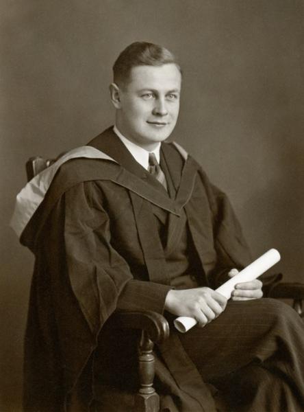 Jerzy Doerffer w stroju dyplomanta Uniwersytetu w Glasgow w Wielkiej Brytanii, 1942 rok