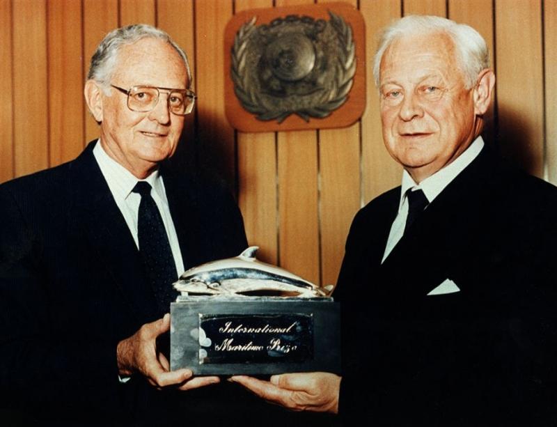 Profesor Jerzy Doerffer z Międzynarodową Nagrodą Morską – Srebrnym Delfinem przyznaną przez IMO w 1989 roku