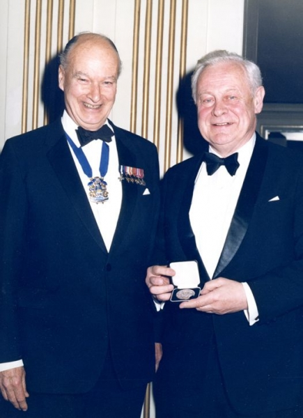 Profesor Jerzy Doerffer ze Złotym Medalem Wiliama Froude'a nadanym przez RINA w 1988 roku