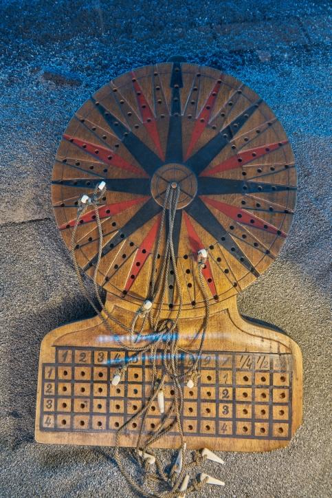 Kopia tablicy kursowej – narzędzia sternika, przy pomocy którego wyznaczał on położenie statku na morzu bez użycia instrumentów nawigacyjnych, fot. Dariusz Kula Images
