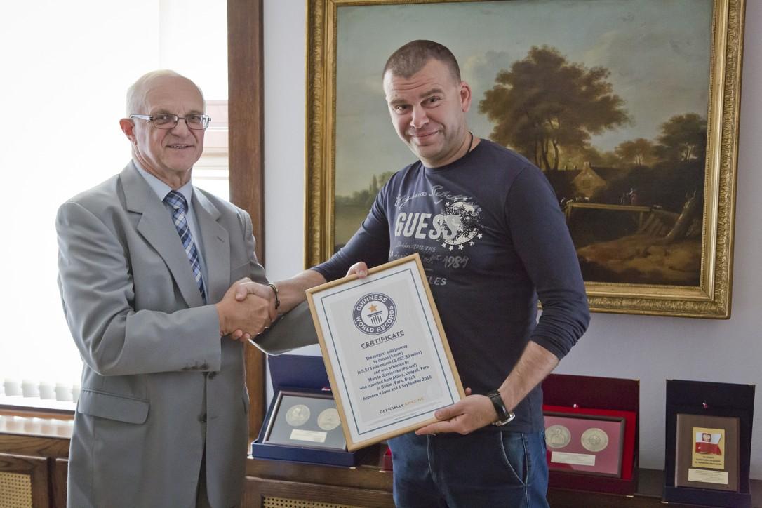 Marcin Gienieczko przekazuje certyfikat dyrektorowi Narodowego Muzeum Morskiego w Gdańsku, dr inż. Jerzemu Litwinowi