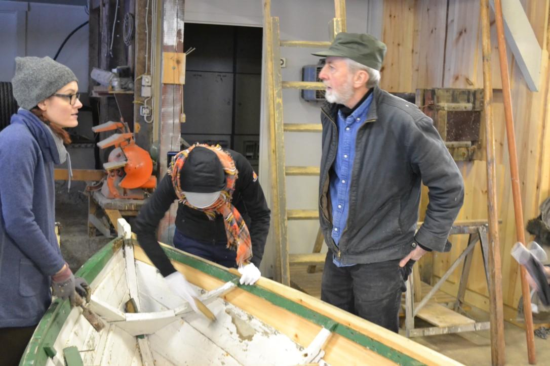 Pracownicy NMM i MŚ podczas warsztatów szkutniczych w Old Slipway, gdzie m.in. przystąpili do naprawy i rekonstrukcji małej drewnianej pomocniczej łodzi rybackiej.