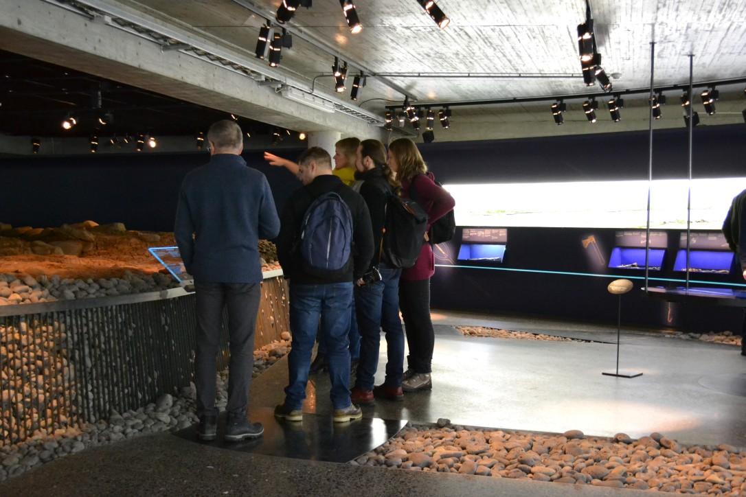 """Pracownicy NMM i Muzeum Morskiego w Reykjaviku podczas zwiedzania """"the Settlement Exhibition"""" - oddziału wchodzącego w skład Reykjavik City Museum."""