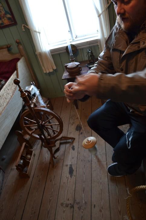 Wizyta reprezentacji NMM w Open Air Museum w Reykjaviku. Na zdjęciu przewodnik pokazujący wytwarzanie przędzy za pomocą wrzeciona.