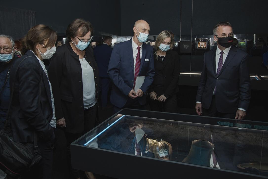 """Goście podczas otwarcia wystawy """"Do DNA. 50 lat archeologicznych badań podwodnych Narodowego Muzeum Morskiego w Gdańsku"""""""