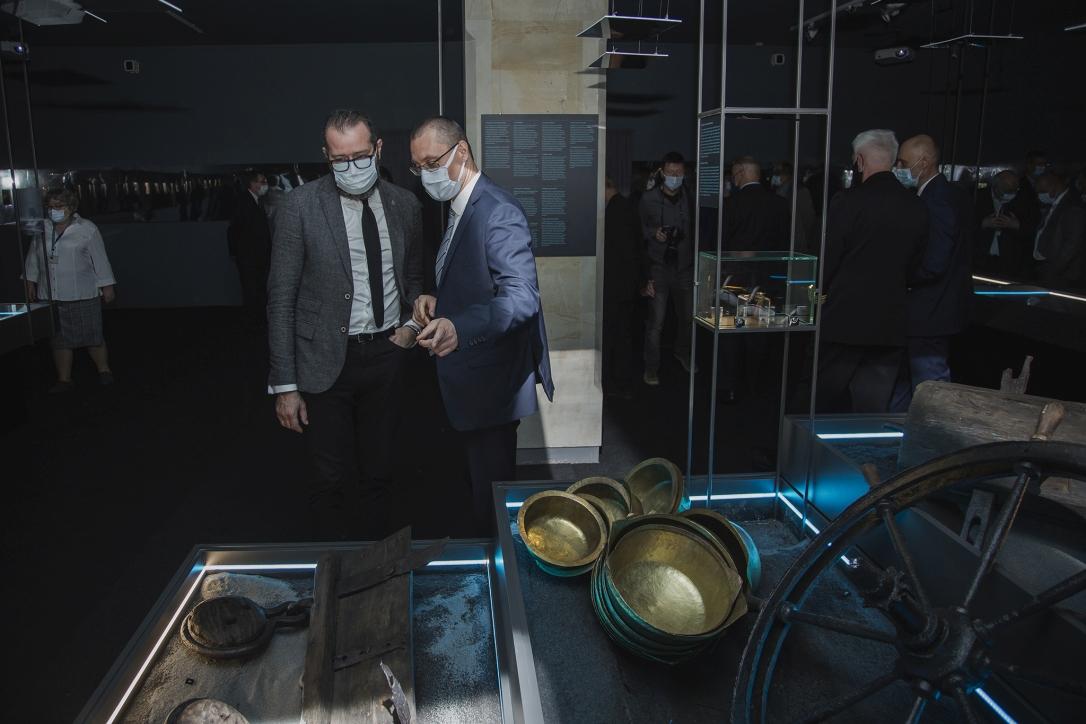 """Dyrektor dr Marcin Westphal z gościem na wystawie """"Do DNA.  50 lat archeologicznych badań podwodnych Narodowego Muzeum Morskiego w Gdańsku"""""""