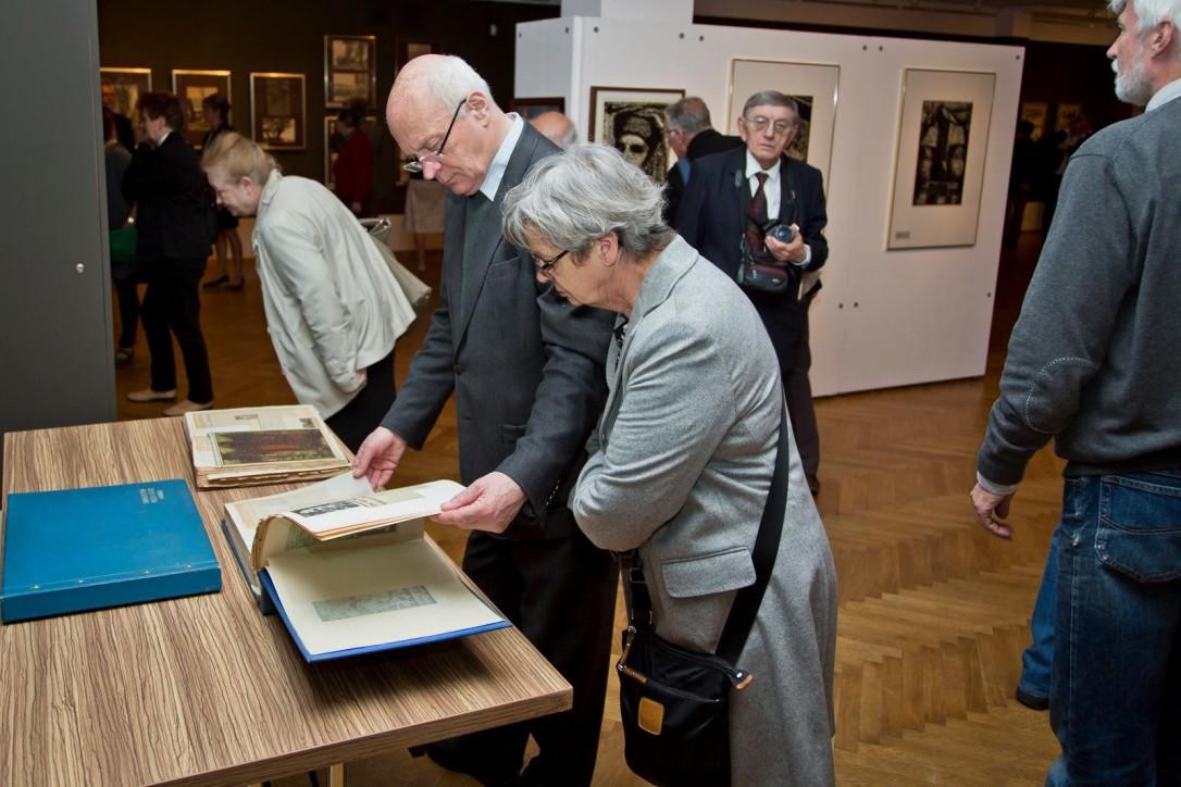 Seniorzy zwiedzają wystawę w Spichlerzach na Ołowiance