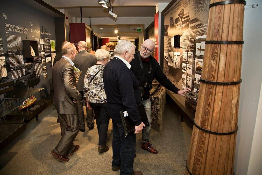 Seniorzy zwiedzają Muzeum Wisły w Tczewie