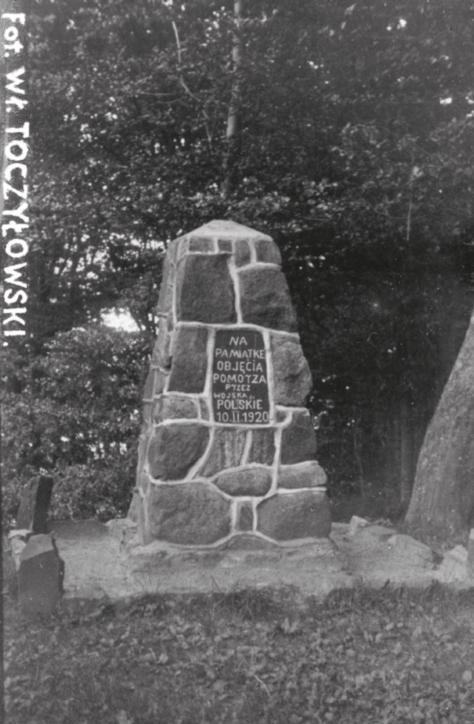 Kamień pamiątkowy na Rozewiu z albumu Widoki polskiego morza i półwyspu, Władysław Toczyłowski, lata 1932–1934