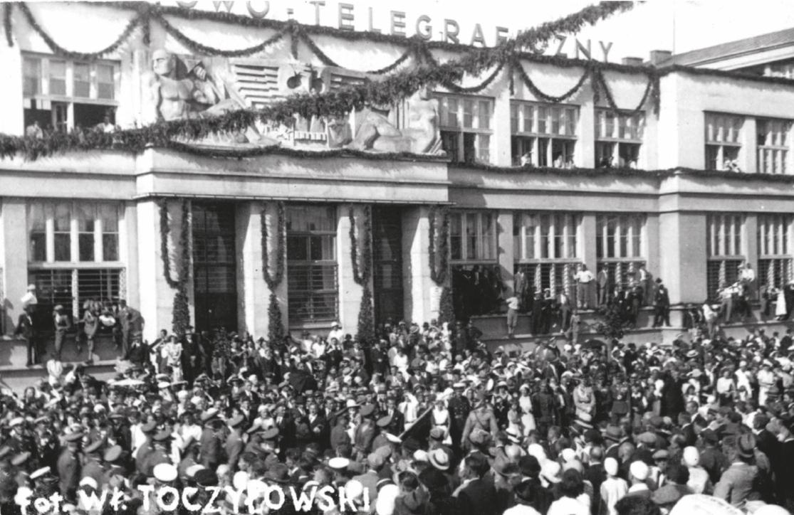 Święto Morza 1932 – Pochód na ul. 10 Lutego z albumu Widoki polskiego morza i półwyspu, Władysław Toczyłowski, 1932–34