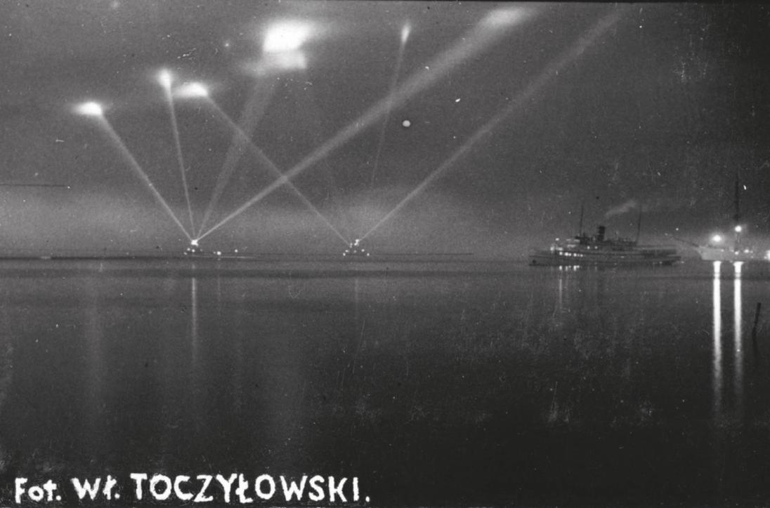 Święto Morza 1933 – W dniu Święta Morza okręty szwedzkie oświetlały reflektorami Gdynię z albumu Widoki polskiego morza i półwyspu, Władysław Toczyłowski, lata 1932–1934