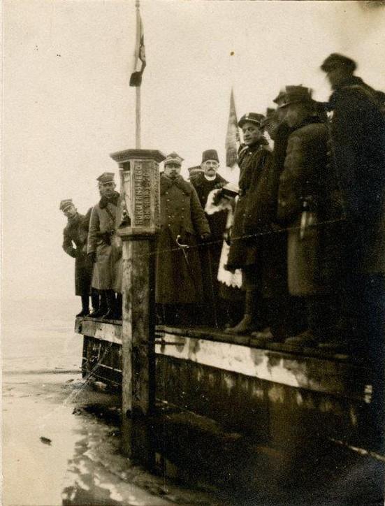 Fotografia ze zbiorów Muzeum Wojska Polskiego w Warszawie – słup pamiątkowy wbity w dno zatoki