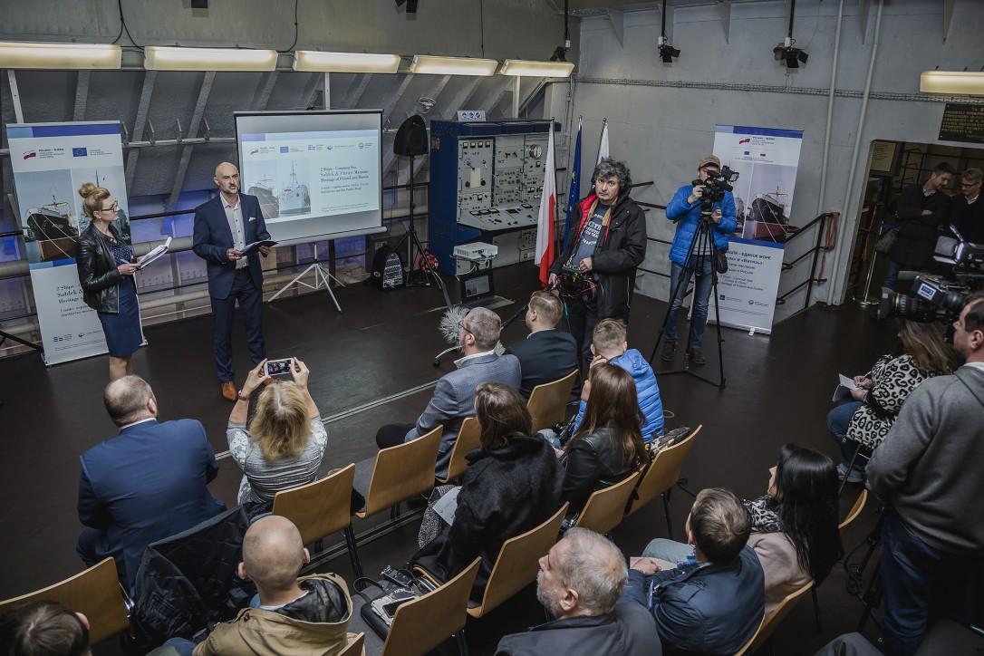"""Zaproszeni goście i sympatycy """"Sołdka"""" podczas konferencji prasowej otwierającej projekt """"2 statki-wspólne morze. Sołdek i Vityaz: dziedzictwo morskie Polski i Rosji"""""""