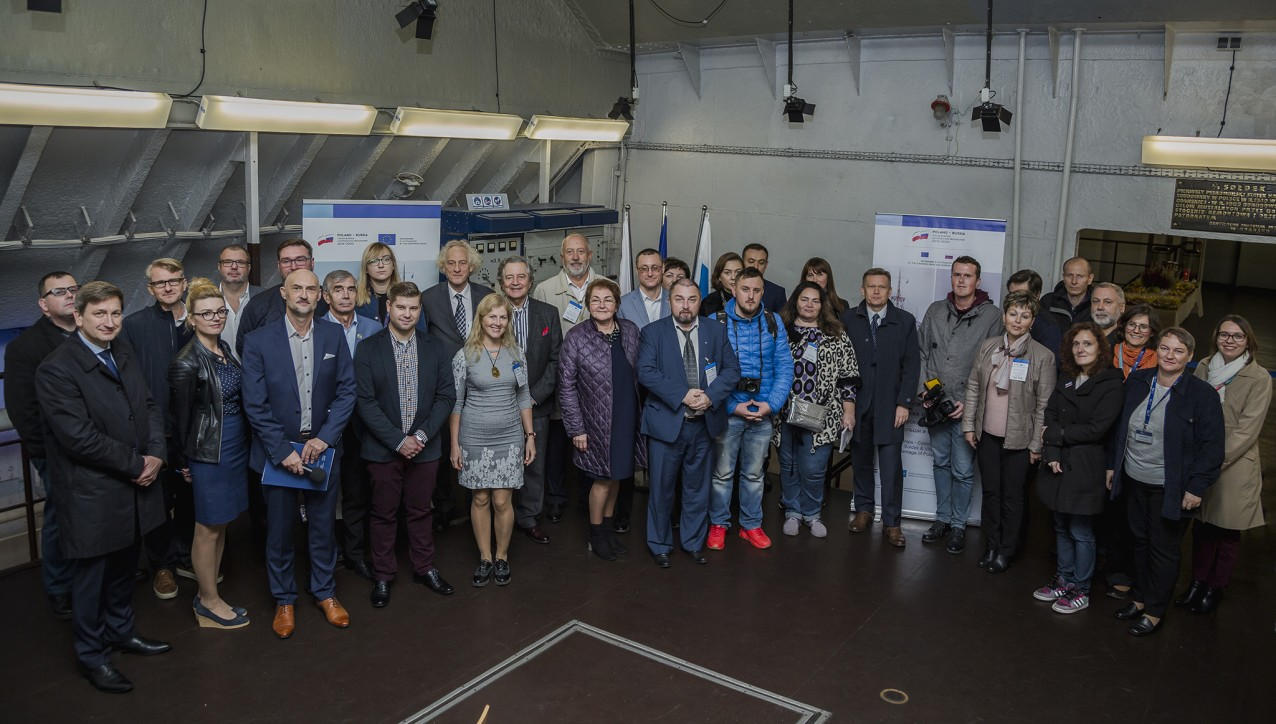 Dyrekcja i przedstawiciele instytucji-beneficjentów projektu oraz goście konferencji prasowej