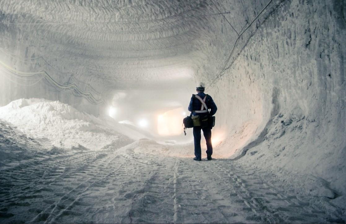 Robotnik idący solnym korytarzem 1000 m pod ziemią w kopalni KGHM Polkowice-Sieroszowice, Polska, Anna Kopeć  (Polska)