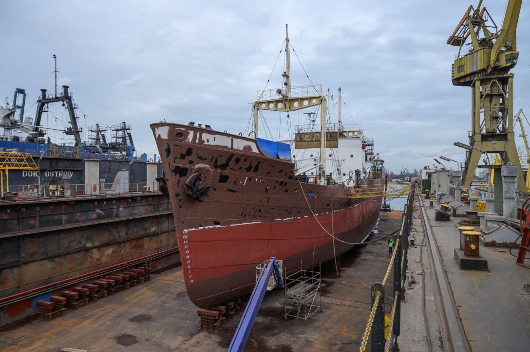 """Statek-muzeum """"Sołdek"""" podczas remontu w doku pływającym"""