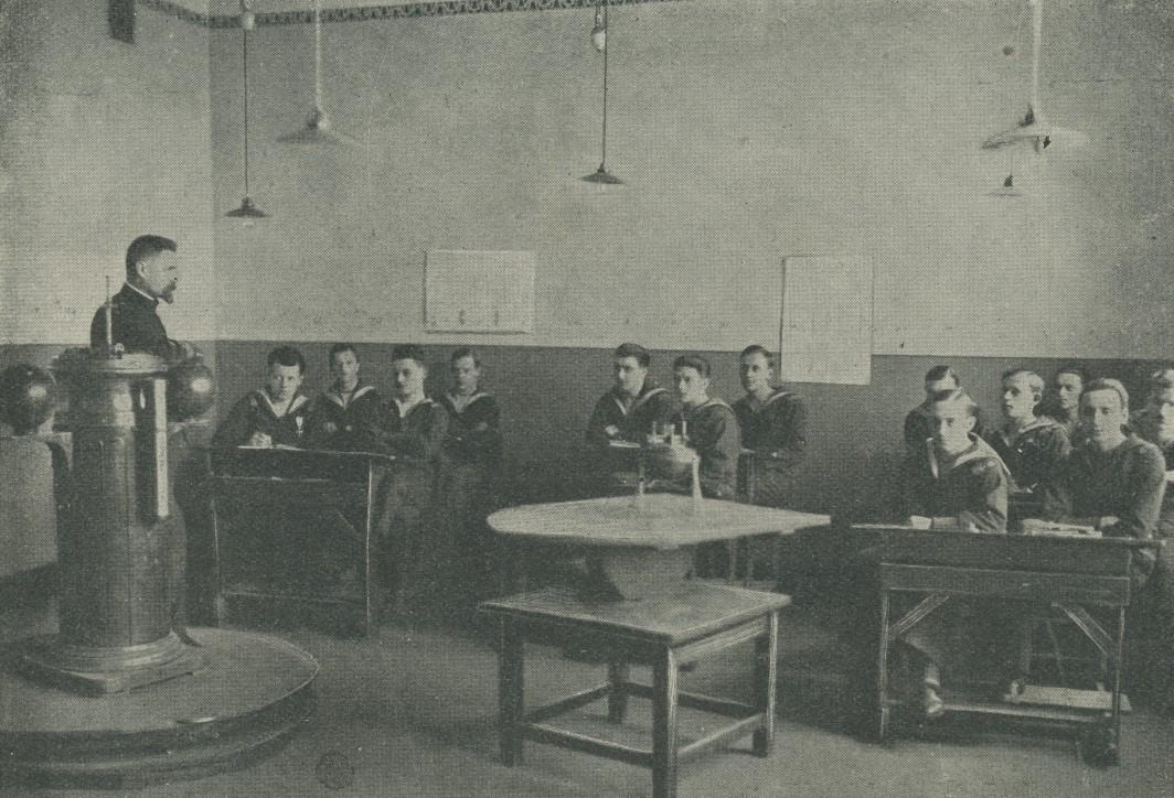 Na lekcji dewiacji, fotografia pochodzi z książki Państwowa Szkoła Morska. Zarys monografji, Instytut Wydawniczy Szkoły Morskiej, Tczew 1929; ze zbiorów NMM w Gdańsku