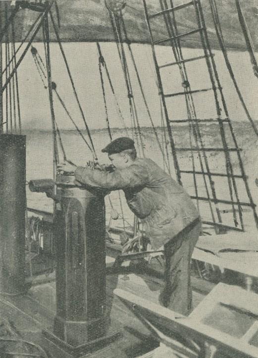 Pelengowanie, fotografia pochodzi z  książki Państwowa Szkoła Morska. Zarys monografji, Instytut Wydawniczy Szkoły Morskiej, Tczew 1929; ze zbiorów NMM w Gdańsku.