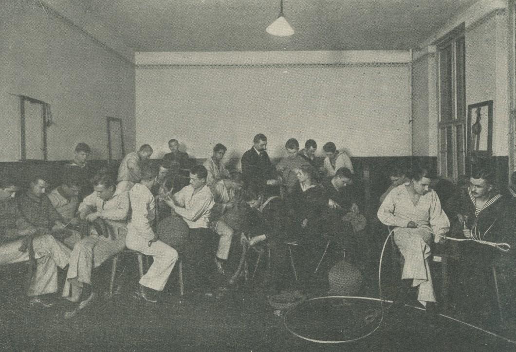 Roboty linowe, fotografia pochodzi z książki Państwowa Szkoła Morska. Zarys monografji, Instytut Wydawniczy Szkoły Morskiej, Tczew 1929;  ze zbiorów NMM w Gdańsku.