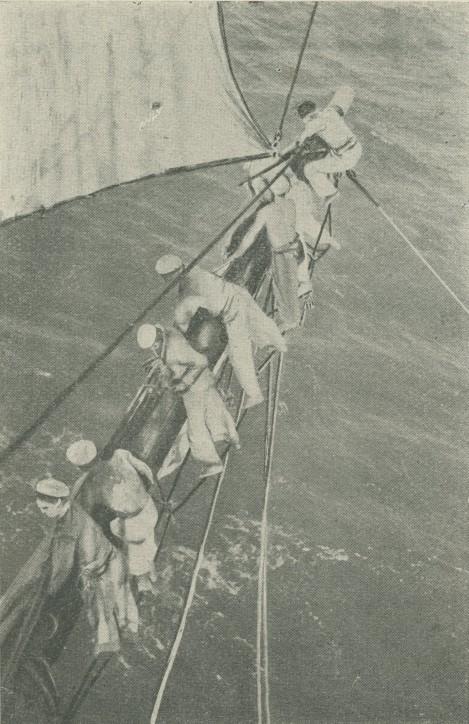 Zwijanie żagli, fotografia pochodzi z książki Państwowa Szkoła Morska. Zarys monografji, Instytut Wydawniczy Szkoły Morskiej, Tczew 1929;  ze zbiorów NMM w Gdańsku.