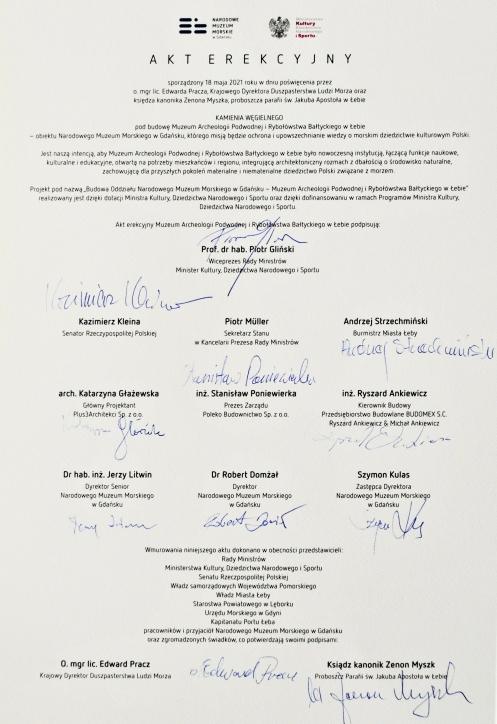Akt erekcyjny sporządzony 18 maja 2021 roku podczas święcenia kamienia węgielnego pod budowę Muzeum Archeologii Podwodnej i Rybołówstwa Bałtyckiego w Łebie
