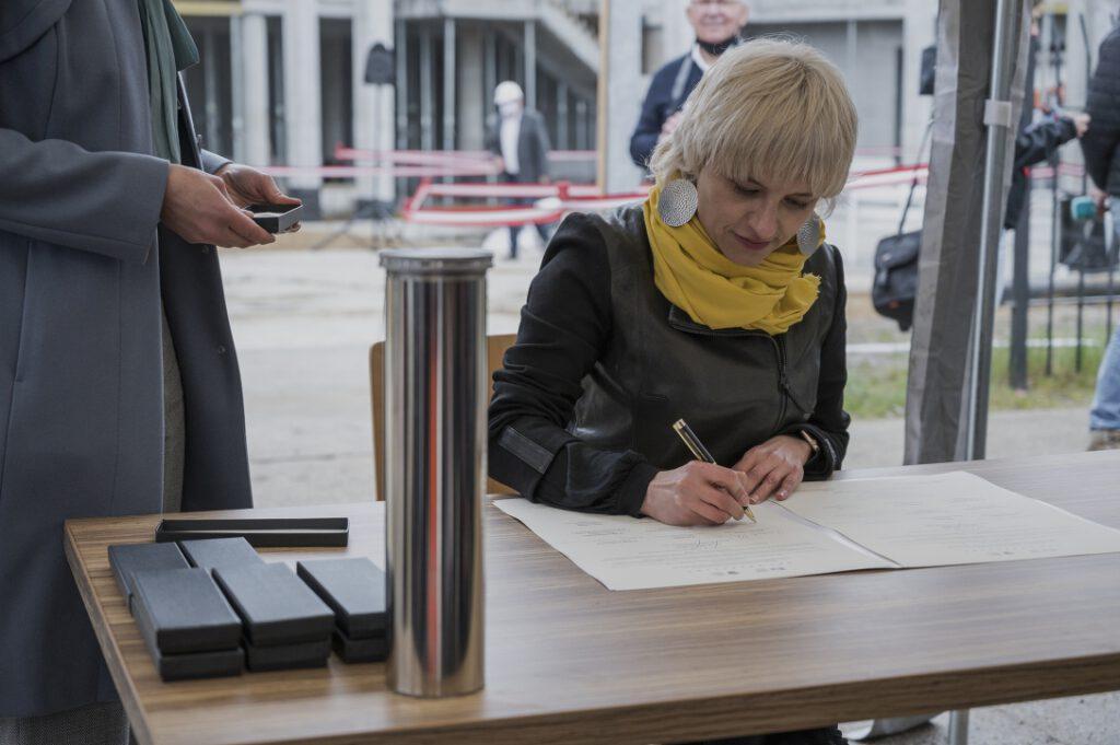Arch. Katarzyna Gałażewska, podpisująca akt erekcyjny