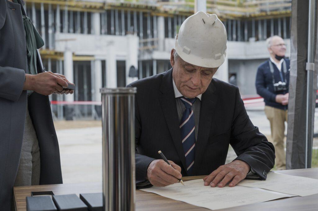 Inż. Ryszard Ankiewicz, kierownik budowy z ramienia Przedsiębiorstwa Budowlanego BUDOMEX, podpisujący akt erekcyjny