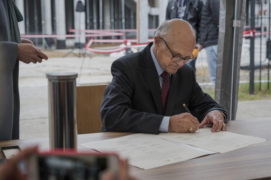Dr hab. inż. Jerzy Litwin, Dyrektor Senior Narodowego Muzeum Morskiego w Gdańsku, podpisujący akt erekcyjny
