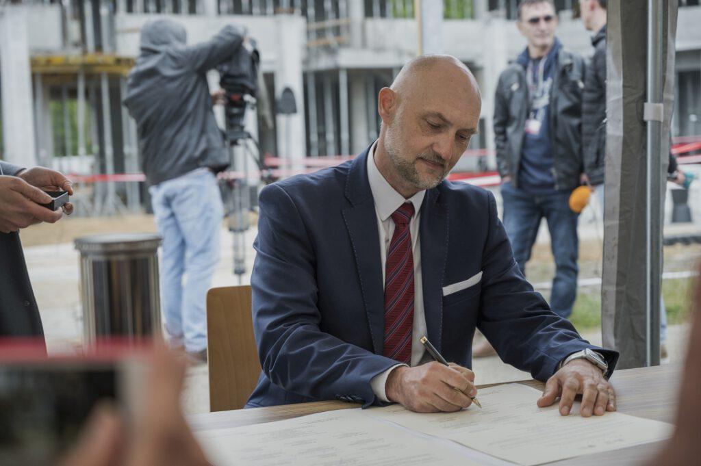 Dr Robert Domżał, Dyrektor Narodowego Muzeum Morskiego w Gdańsku, podpisujący akt erekcyjny