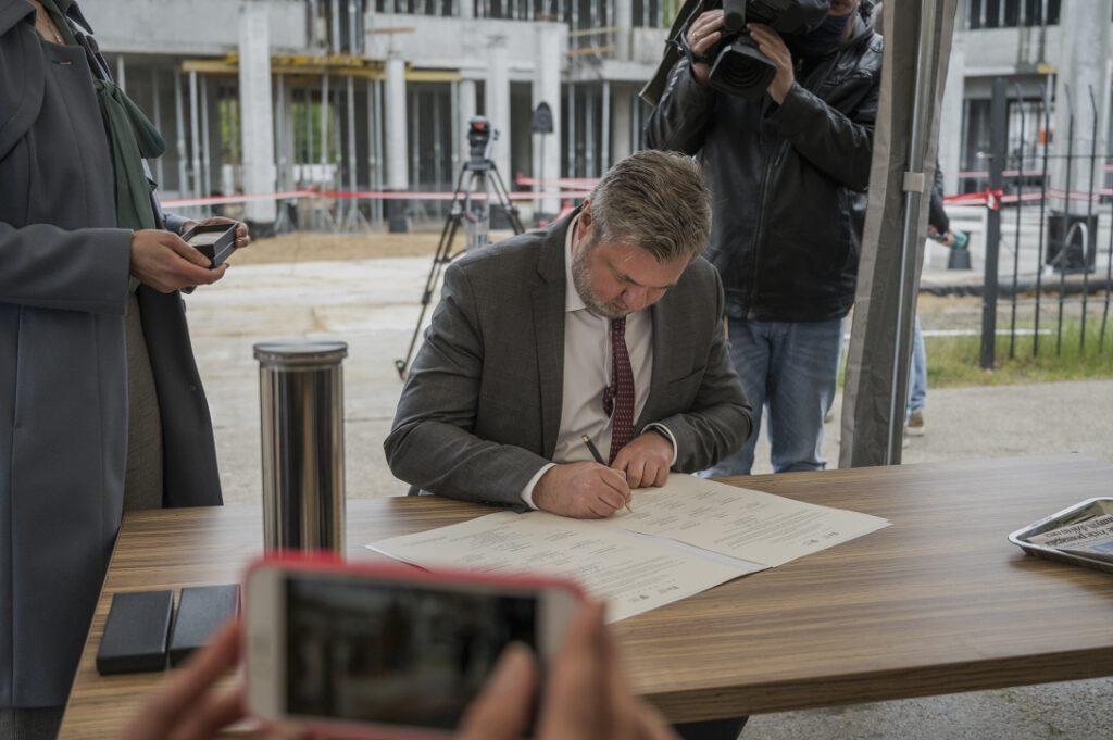Szymon Kulas, Zastępca Dyrektora NMM ds. Administracyjnych, podpisujący akt erekcyjny