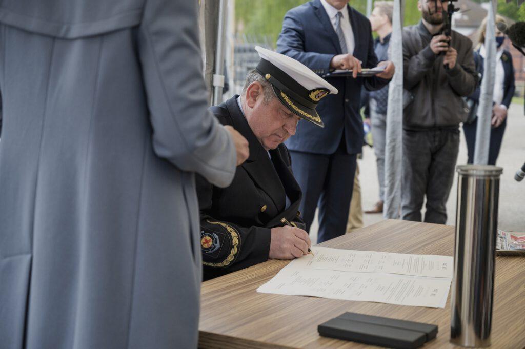 O. Edward Pracz, Krajowy Dyrektor Duszpasterstwa Ludzi Morza, podpisujący akt erekcyjny