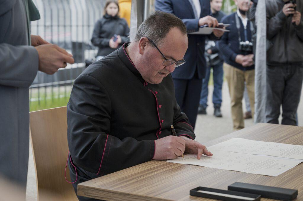 Ksiądz kanonik Zenon Myszk, Proboszcz Parafii św. Jakuba Apostoła w Łebie, podpisujący akt erekcyjny