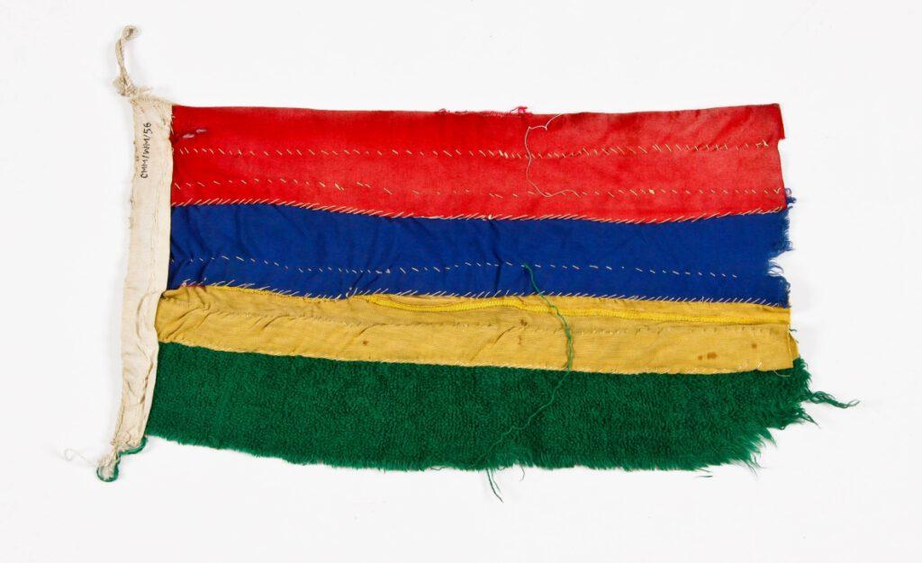 """Banderka Mauritiusa, ręcznie wykonana przez członków załogi jachtu """"Rambler"""" w Port Louis, 22.11.1977 r. i podarowana kpt. Krystynie Chojnowskiej-Liskiewicz"""