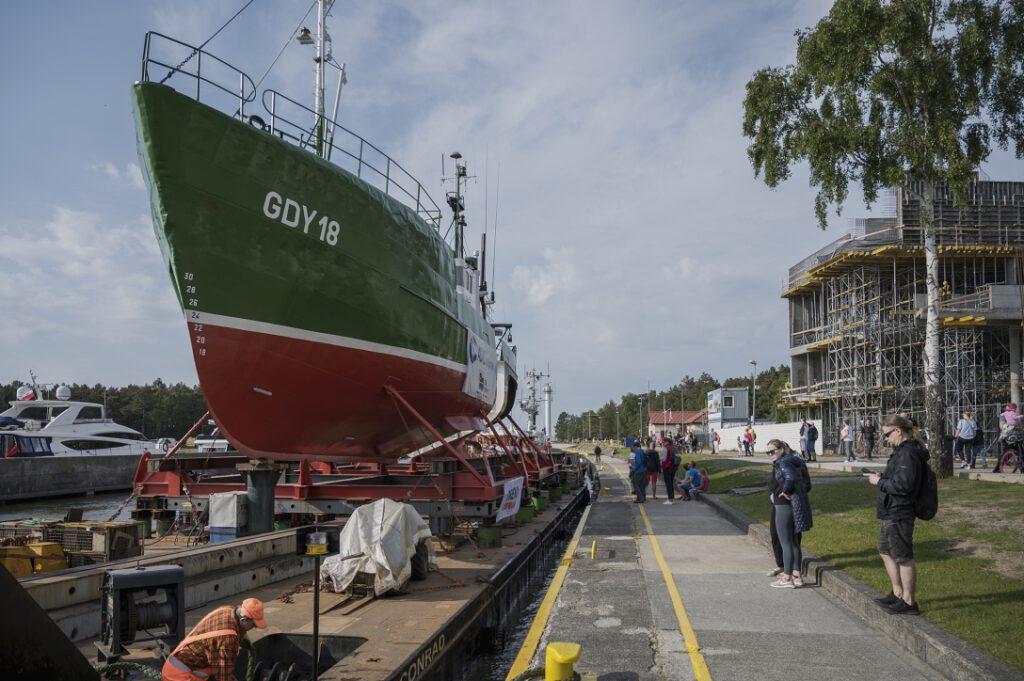 Barka z kutrem GDY-18 przy nabrzeżu w Łebie