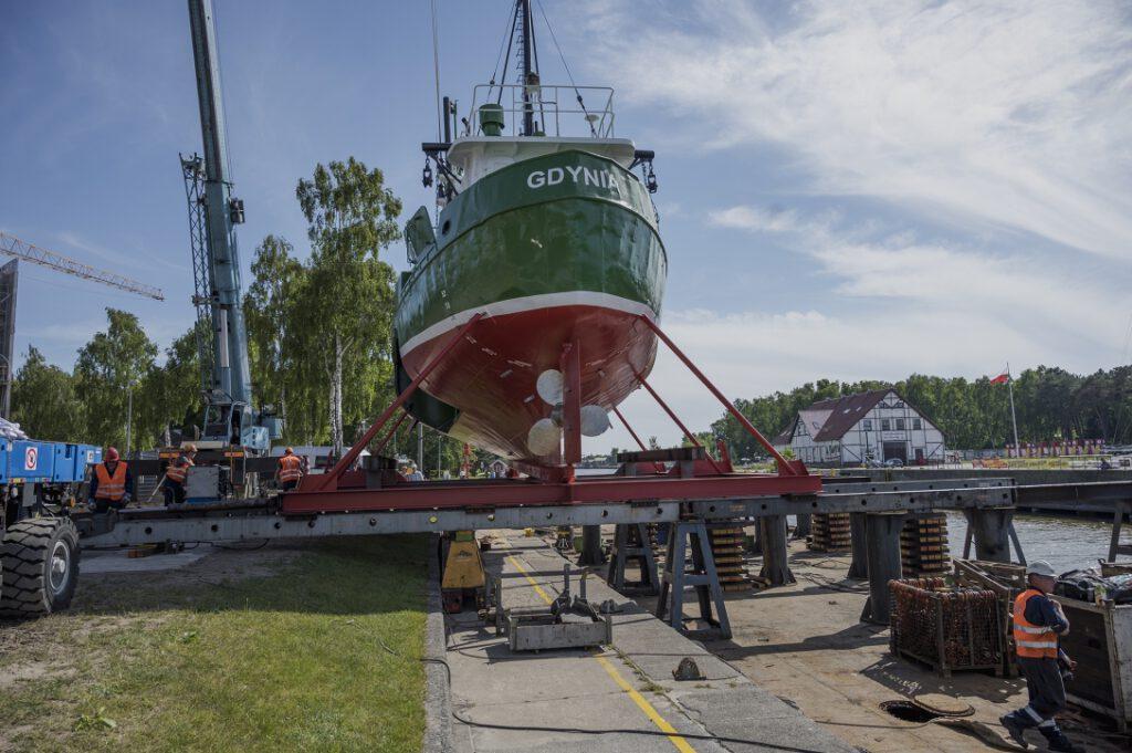 Operacja wstawiania kutra GDY-18