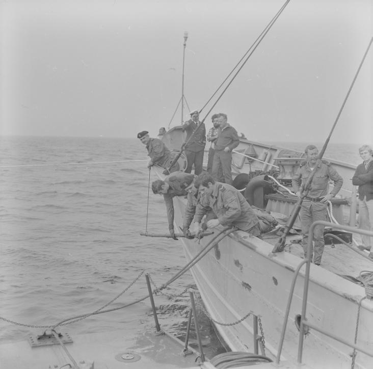 Przemysław Smolarek podczas badań archeologicznych na morzu 1975 roku.