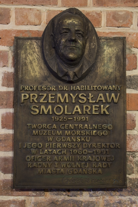 Tablica pamiątkowa poświęcona pierwszemu dyrektorowi CMM w Spichlerzach na Ołowiance