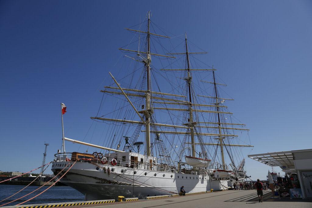 """Statek-muzeum """"Dar Pomorza"""" przy Nabrzeżu Pomorskim w Gdyni"""