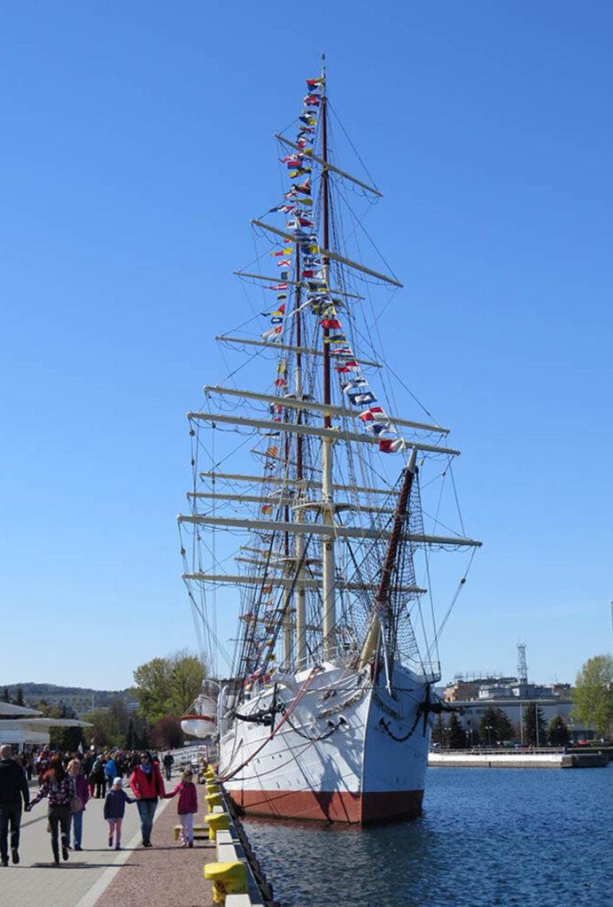 """Widok na dziób statku-muzeum """"Dar Pomorza"""", cumującego przy Nabrzeżu Pomorskim w Gdyni"""