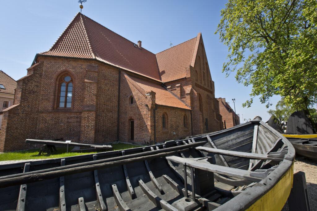 Dawny kościół ewanagelicki – siedziba Muzeum Rybołówstwa w Helu oraz część skansenu łodzi rybackich