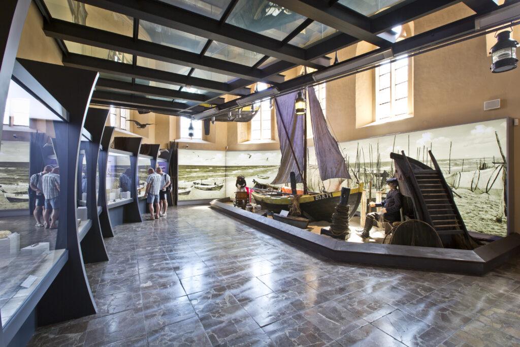 Fragment ekspozycji prezentującej dzieje rybołówstwa z makietą rybackiej przystani brzegowej – Muzeum Rybołówstwa w Helu.