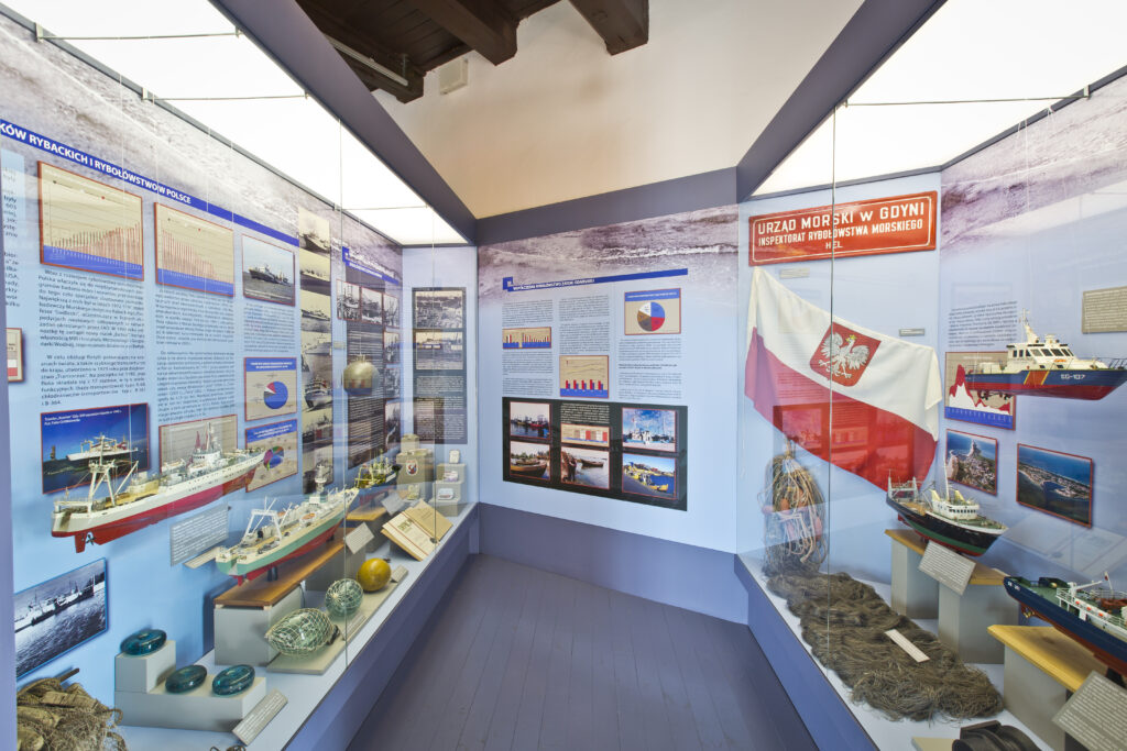 Część ekspozycji Muzeum Rybołówstwa w Helu poświęcona zagadnieniom rybołówstwa bałtyckiego, dalekomorskiego oraz Morskiemu Oddziałowi Straży Granicznej.