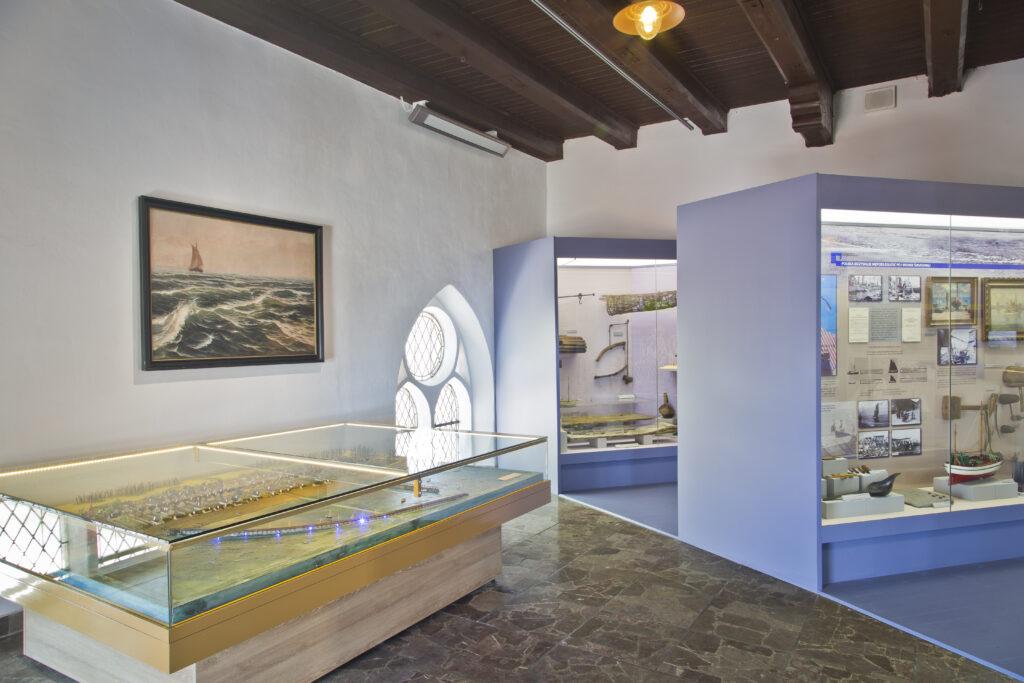Fragment wystawy na piętrze Muzeum Rybołówstwa w Helu, poświęcony czasom tuż po odzyskaniu przez Polskę niepodległości i dostępu do morza.