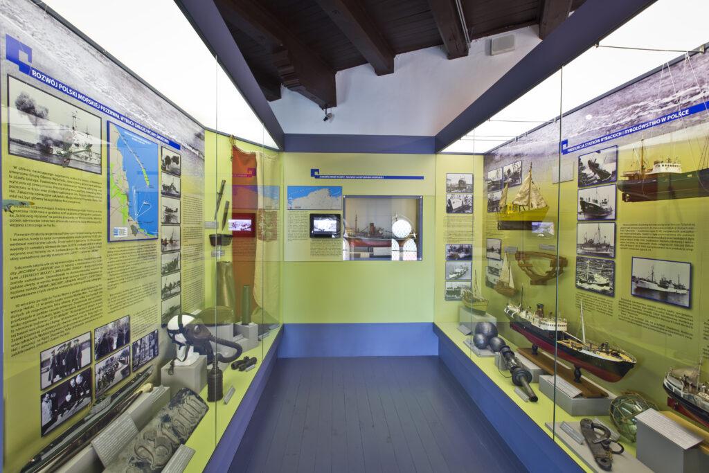 Część wystawy Muzeum Rybołówstwa prezentująca sytuację Polski i Helu podczas II wojny światowej oraz powojenny rozwój gospodarki morskiej.